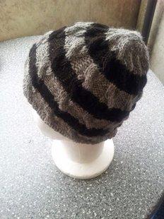 bonnet gris et noir avec tresses