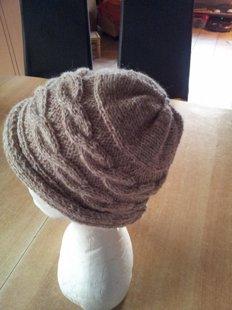 bonnet gris tricoté en travers avec tresses